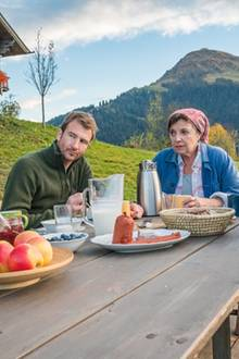"""Der Bergdoktor"", 7. Februar 2019: Angespannte Stimmung am Frühstückstisch der Familie Gruber. Lilli Gruber (Ronja Forcher, l.), Hans Gruber (Heiko Ruprecht, 2.v.l.), Lisbeth Gruber (Monika Baumgartner, 2,.v.r.), Dr. Martin Gruber (Hans Sigl, r.)"