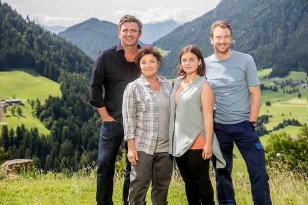 """Die """"Bergdoktor""""-Stars (v.l.n.r.): Hans Sigl (spielt Martin Gruber), Monika Baumgartner (spielt Lisbeth Gruber), Ronja Forcher (spieltLilli Gruber) und Heiko Ruprecht (Hans Gruber)"""