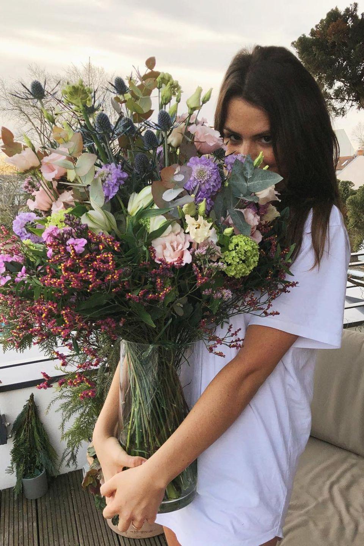 """7. Februar 2019  """"Danke meinHerz"""", postetRuby O. Fee. Auf dem Foto schmunzelt die Schauspielerin versteckt hinter einem gigantischen Blumenstrauß. Fans vermuten natürlich, dass es sich bei dem Absender des romantischen Geschenks um ihren Freund Matthias Schweighöfer handelt."""