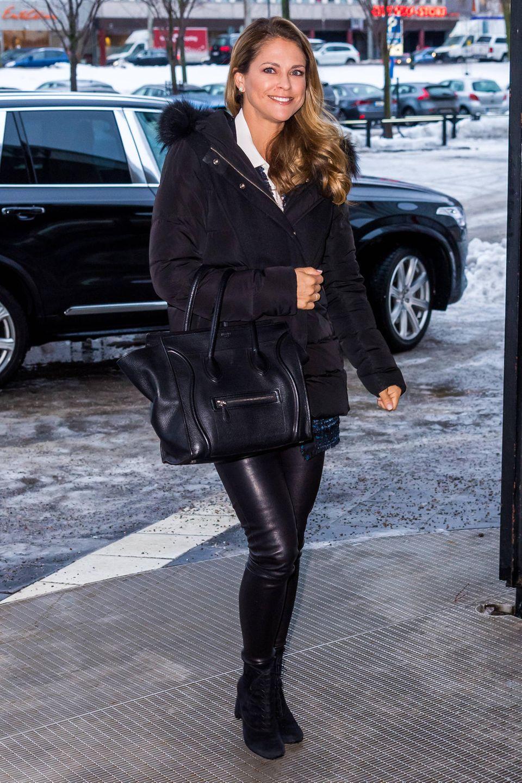 """Sonnenschein Prinzessin Madeleine trotz den frostigen Temperaturen in Stockholm mit einem Lächeln. Paparazzi lichten die 36-Jährige auf dem Weg zumMeeting der """"World Childhood Foundation"""" in einem schwarzen Leder-Look ab. Zu einer glänzenden und hautengen Leder-Leggings kombiniert sie Stiefeletten aus Wildleder und eine Lammfell-Jacke. Und wiees sich für eine richtige Business-Frau gehört, hat Madeleine alle wichtigen Unterlagen natürlich dabei – modisch transportiert in einer Céline Bag."""