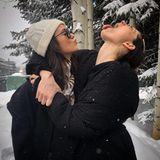 Winterspaß in den Rocky Mountains: Nina Dobrev und Phoebe Tonkin albern im Schnee herum. Die beiden Schauspielerinnen urlauben aktuell in Aspen, Colorado.