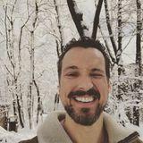 """Eine Schneedusche am Morgen vertreibt Kummer und ... Müdigkeit! Florian David Fitz wird beim Spaziergang durch den Wald von einer ordentlichen Ladung Schnee munter gemacht. Auf Instagram teilt er ein Foto der lustigen Situation und schreibt: """"Gerade 13 Kilo Schnee auf den Kopf bekommen. Jetzt bin ich wach."""""""