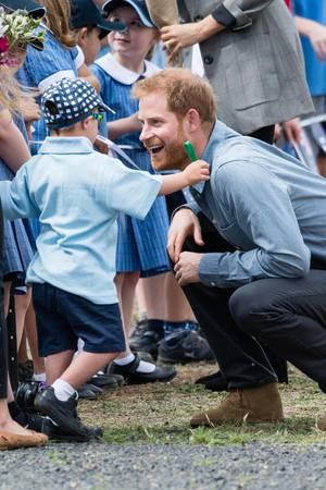 Prinz Harry ist bei Kindern äußerst beliebt. Hier scherzt er mit einem Jungen in Dubbo, Australien.