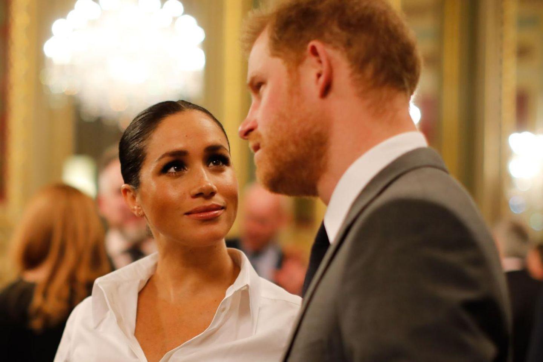 Herzogin Meghan schaut ihren Harry verliebt an.