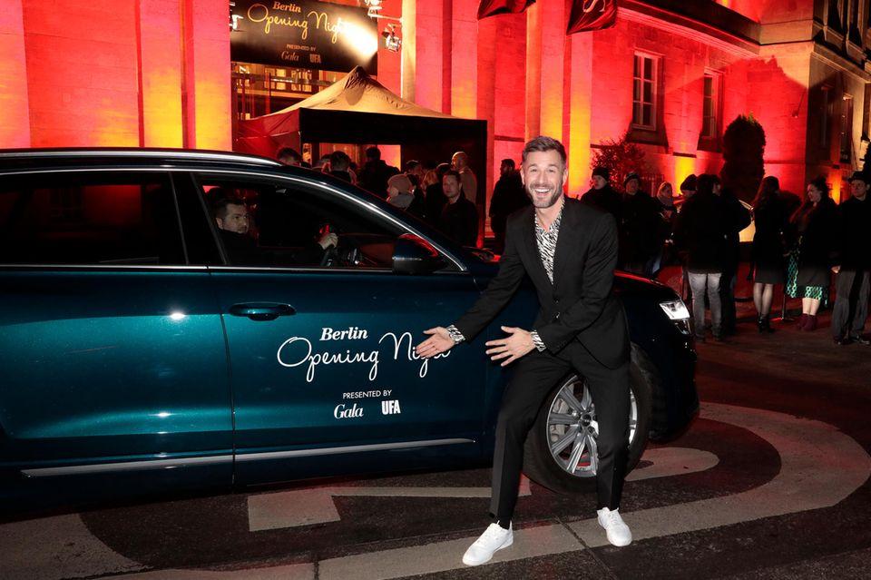 """Vor dem Eingang des Hotels """"SO/ Berlin Das Stue"""" zeigt Schauspieler Jochen Schropp vor dem Audi-Shuttle, was ansteht: Die """"Berlin Opening NightbyGala und UFA""""."""