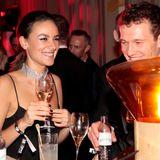Schauspielerin Janina Uhse amüsiert sich mit einem Gläschen Pommery-Champagner.