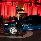 Schauspielerin Maria Furtwängler lässt sich vor ihrem Audi-Shuttle und der Party-Location ablichten.