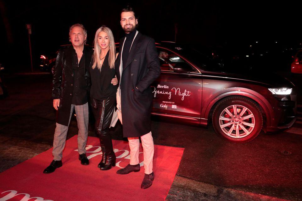 """SchauspielerUwe Ochsenknecht, Ehefrau Kirsten """"Kiki"""" Viebrock und Sohn Jimi Blue Ochsenknecht steigen aus dem Audi-Shuttleund freuen sich auf die Party."""