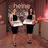 Die hübschen Hostessen von Heine verteilen mit Bauchläden Süßigkeiten an die Gäste.