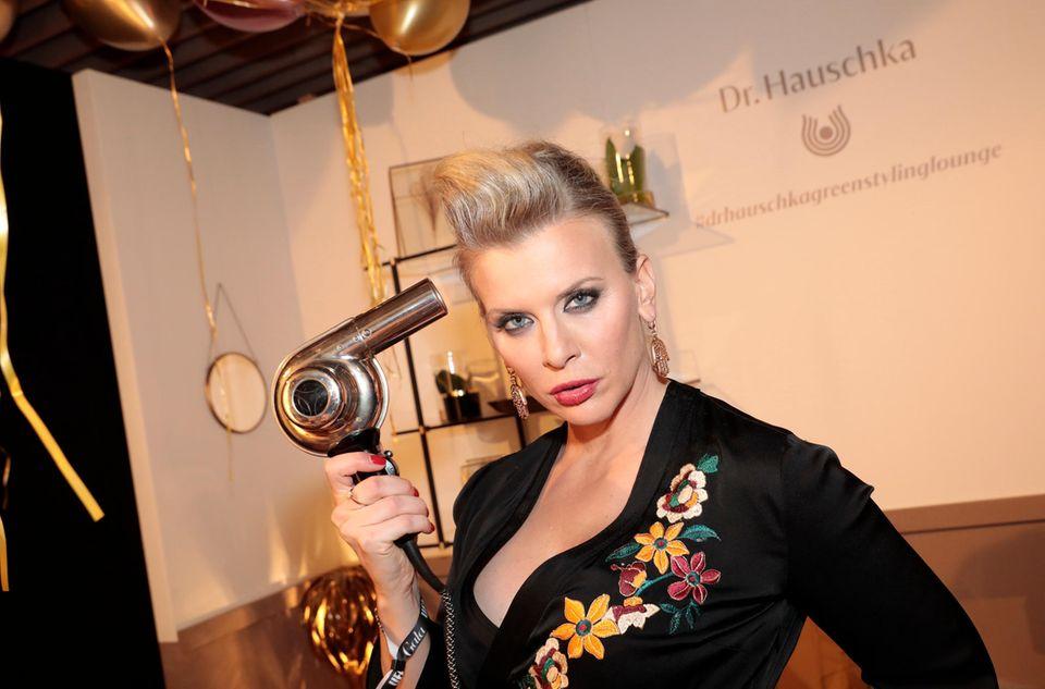So geht Föhnen: SchauspielerinEva Habermann hat Spaß an der Dr. Hauschka Brush Up Station.