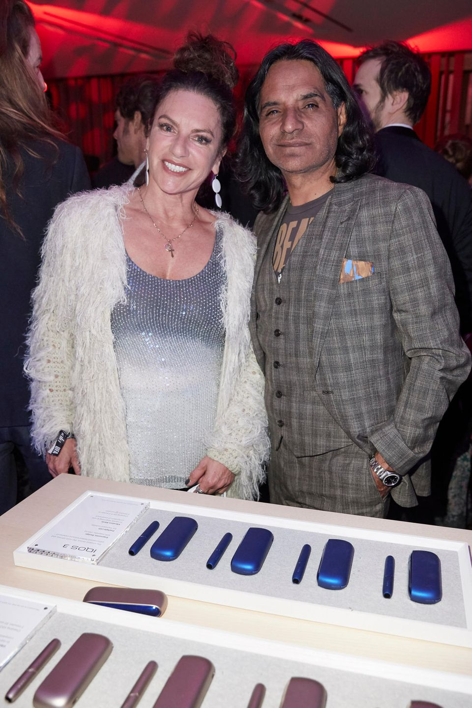 Auf E-Zigaretten-Schau: Schauspielerin Christine Neubauer und Freund Jose Campos am IQOS-Stand.