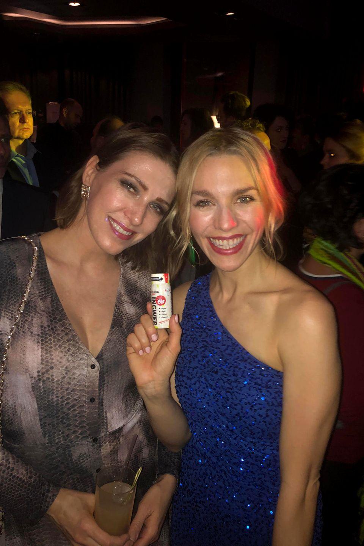"""Schauspielerin Julia Dietze (rechts) präsentiert einen """"Berlina Ingwershot""""."""