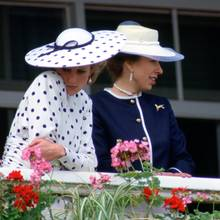 Prinzessin Diana (l.) und Prinzessin Anne (r.) bei einem Derby am 4. Juni 1986
