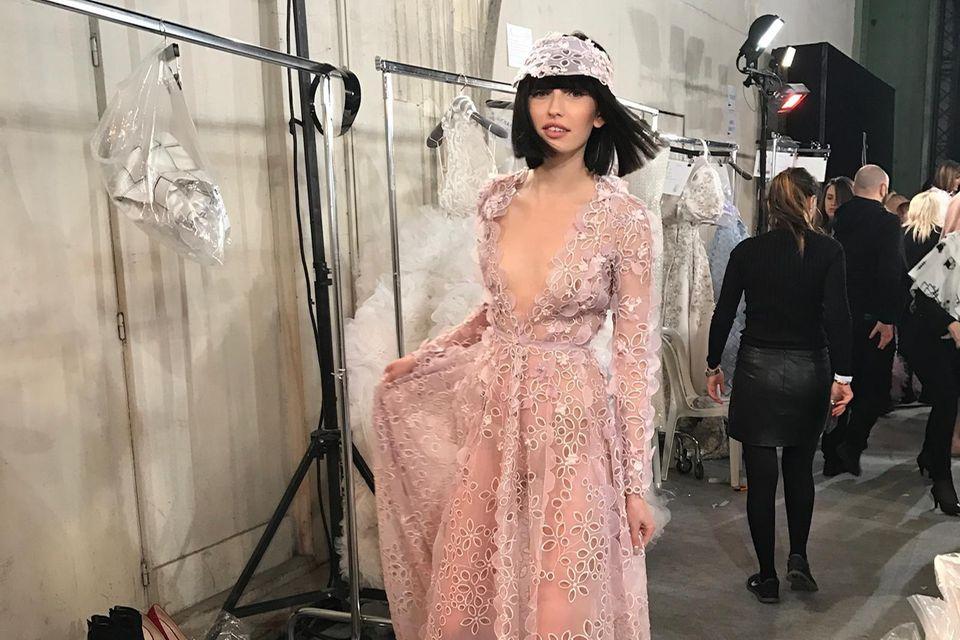 Backstage ist vor der Fashion Show: Anna Wilken ist spätestens seit GNTM ein Profi auf dem Runway.