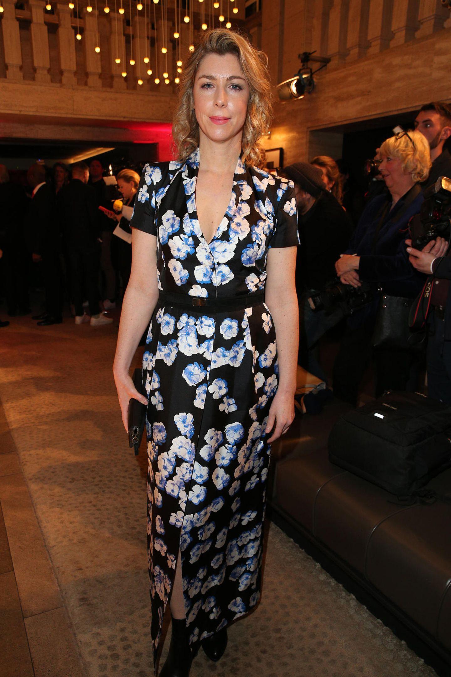 Schauspielerin Brigitte Zeh erscheint in einem bodenlangen Kleid mit Blümchen-Muster.