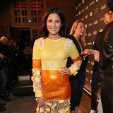 Chryssanthi Kavazi sticht in einer Robe hervor, die neben unterschiedlichen Stoffen, auch zwei plakative Farben vereint – zu übersehen wardie Frau vonSchauspieler Tom Beck jedenfalls nicht.