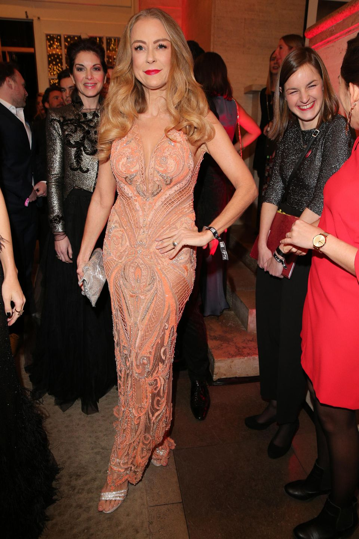 Ein Look mit Spitze: Jenny Elvers trägt ein Kleid des LabelsJasmin Erbaş Couture. Und trotz des transparenten Stoffes liegt der Fokus auf ihren knallig-rotenLippen.