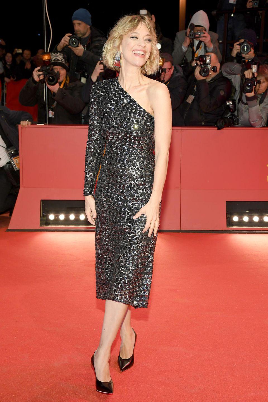 ... verzaubert nicht nur uns sondern auch die Fotografen am Red-Carpet mit einem a-symmetrischen, figurbetonten Kleid des Labels La La Berlin im Metallic-Look.