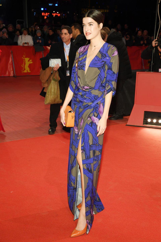 Das Model Marie Nasemann strahlt in einem Kleid des polnisch-deutschen Modeschöpfers Dawid Tomaszewski. Ihre XS-Handtasche stammt aus dem britischen Modehaus Sophie Hulme. Wir finden: Alles richtig gemacht, Frau Nasemann!
