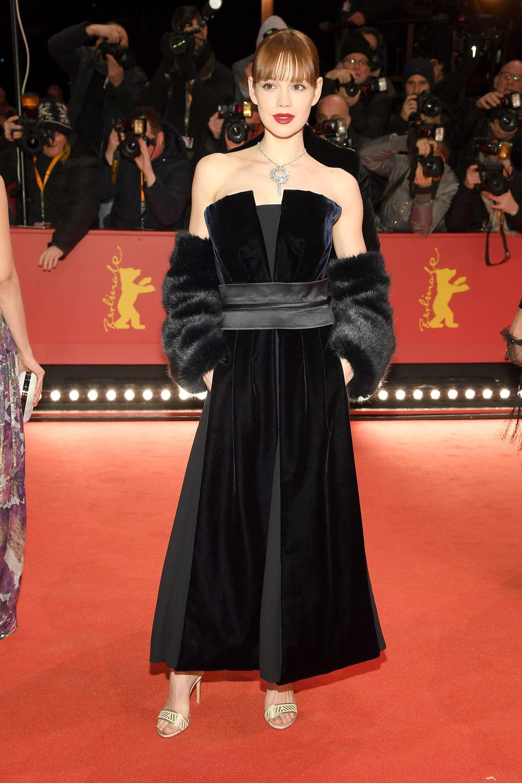 Trotz ihren zarten 26 Jahren kleidet sich Emilia Schüle bereits wie ein Vollprofi. Bei diesem Look stimmt einfach alles: das Giorgio-Armani-Privé-Kleid mit Samt- und Leder-Elementen kombiniert die hübsche Brünette zu Fake-Fur Amrstulpen, roten Lippen und Vollpony – nur wer manchmal etwas wagt, gewinnt eben.