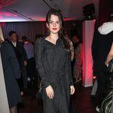Als Tochter einer Modedesignerin kommt es schon mal vor, dass Ruby O. Fee ihre Abendkleider nach eigenen Wünschen gestaltet. Auf dem roten Teppich der Berlinale entschied sich die Neu-Freundin Matthias Schweighöfer für ein Blusenkleid mit Taillengürtel im Polka-Dot-Desgin.