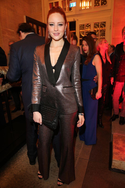 Dass es nicht immer unbedingt ein opulentes Kleid auf dem Red-Carpet sein muss, beweist Ex-GNTM-Siegerin Barbara Meier in Berlin. In einem sexy Glitzer-Smoking-Anzug können wir unseren Blick jedenfalls nicht von dem hübschen Model lassen.