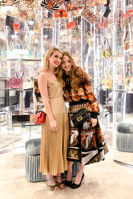 7. Februar 2019   FENDI feiert #BaguetteFriendsForever mit einem Get-together in New York City:Hosts der Party, es wird das Comeback der legendären Baguette Bag gefeiert,sind die Freundinnen und Schauspiel-Stars Emma Roberts (links) und Amanda Seyfried (rechts).