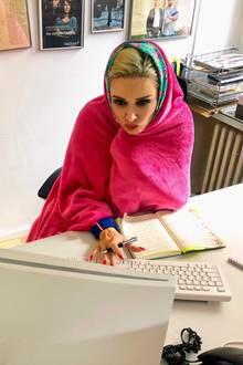 7. Februar 2019  Der deutsche Winter scheint Daniela Katzenberger nicht allzu gut zu bekommen. Bei der Arbeit am PC muss sie sich mit Kuscheldecke und Schal aufwärmen. Kein Wunder: Die Katze verbringt die meiste Zeit des Jahres auf Mallorca und ist die Minusgrade in Deutschland einfach nicht mehr gewohnt. Das ist ihr durchaus bewusst - die Aufnahme aus dem Office kommentiert sie mit dem Hashtag #teamfrostbeule.