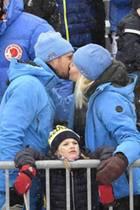 Frühlingsgefühle trotz Schneegestöber: Bei der Alpinen Kombination im schwedischen Åre zeigen sich Prinz Haakon und Prinzessin Mette-Marit verliebt wie nie. Auf der Tribüne geben sich die Royals, die im Partnerlook erscheinen, einen liebevollen Kuss. Prinzessin Estelle scheinen die großen Gefühle ihres Patenonkels Haakon mal so gar nicht zu interessieren. Die kleine Prinzessin schautmit herrlich gelangweilter Miene von der Tribüne in die Menge.