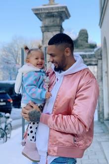 Süßes Vater-Tochter-Gespann in München gesichtet: Influencer Dominic Harrison macht einen Winterspaziergang mit Töchterchen Mia Rose und genießt das gute Winterwetter. Die Laune könnte besser nicht sein - die beiden strahlen mit der Sonne um die Wette.
