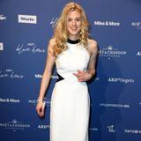 Schauspielerin Larissa Marolt könnte in diesem weißen Abendkleid auch vor den Traualtar gehen.