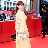 Schauspielerin Emilia Schüle bringt Farbe auf den Red Carpet.
