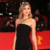 Model Stefanie Giesinger beweist auf dem Red Carpet der Berlinale, wie aufregend ein schwarzes, schlichtes Kleid sein kann ...
