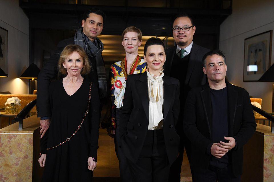 Das ist die diesjährige Berlinale-Jury: Trudie Styler (vorne links), Rajendra Roy (hinten links), Sandra Hüller (mitte hinten), Juliette Binoche (mitte) Sebastián Lelio (vorne rechts) und Justin Chang (hinten rechts)