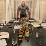 """Dwayne """"The Rock"""" Johnson tüftelt schon länger an seiner eigenen Tequila-Marke. Auf Instagram verkündet er: """"Nach Jahren der Entwicklung und der Zusammenarbeit mit den besten Partnern der Spirituosenbranche, sind wir einen Schritt weiter, meine Leidenschaft der Welt zum Genuss anzubieten."""
