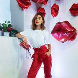 Rote Lippen soll man küssen: Model Stefanie Giesinger präsentiert sich bei der Eröffnung des worth it! Cafés by L´Oréal Paris in einem coolen Look in Weiß- und Rottönen - und das von Kopf bis Fuß!