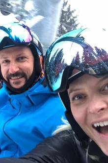 Wenn Prinzessin Victoria, Prinz Daniel, Prinz Haakon und Prinzessin Mette-Marit aufeinandertreffen entstehen solche lustigen Selfies. Die schwedischenund norwegischen Royals sind im schwedischenÅre (nicht weit von der norwegischen Grenze entfernt) bei der Alpinen Skiweltmeisterschaft zu Gast.