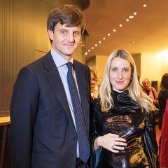 Oh, là, là! Ekaterina von Hannover weiß ihren Babybauch gekonnt in Szene zu setzen. Zu einem Neujahrskonzert trägt die hübsche Blondine ein schwarzes, extrem glänzendes Kleid. Je nach Lichtfall wirkt der Stoff des Kleides nahezu dramatisch. Ein echter Hingucker!