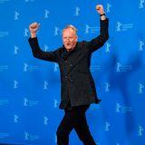 Zur Freude der Fotografen, bietet Schauspieler Stellan Skarsgård vor der Fotowand einige lustige Posen.