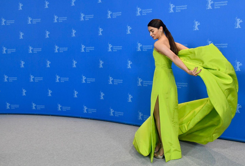 """Die indische Schauspielerin Alia Bhatt hat Mühe beim """"Gully Boy""""-Fototermin ihr Kleid in den Griff zu bekommen ..."""