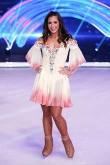 """Super süß und super sexy: Sarah Lombardi beweist bei """"Dancing on Ice"""", dass sie sowohl sehr sexy, als auch sehr mädchenhaft sein kann und spiegelt diese zwei Seiten in ihren Looks wieder. Ob ihr damit der Titel als Dancing-Queen auf dem Eis sicher ist?"""