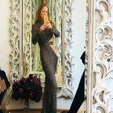 """""""Da muss ich dich enttäuschen ... weder Photoshop, noch Filter!!!! Sorry"""" kontert Jenny Elvers auf den Kommentar einer ihrer Follower auf Instagram. Dieser wirft ihr vor dieses Spiegel-Selfie bearbeitet zu haben. """"Bist also gewachsen"""" antwortet er auf die Reaktion der Blondine. Tatsächlich wirkt Jenny Elvers auf diesem Foto extrem groß - dabei misst sie eigentlich nur 1,75m. Entweder steht die Schauspielerin also vor einem magischen Spiegel oder sie hat eben doch etwas nachgeholfen."""