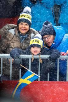 9. Februar 2019  Seine ältere Schwester, Prinzessin Estelle, lässt sich dagegen nicht so schnell aus der Ruhe bringen und verfolgt gemeinsam mit Oma Königin Silvia und Papa Prinz Daniel das Geschehen.
