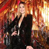 So sexy und frech kann ein Hosenanzug sein: Model Stefanie Giesinger trägt zur Place to B Party einen schwarzen Pailletten-Anzug - und sonst nichts.