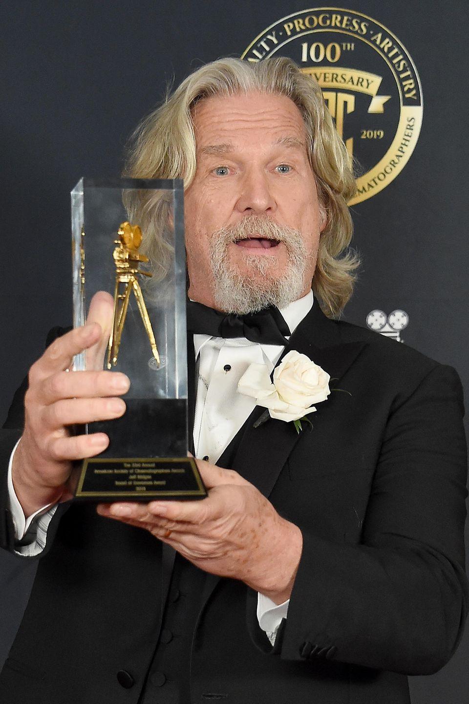 """9. Februar 2019  Schauspieler Jeff Bridges freut sich über seine Auszeichnung bei den """"ASC Awards"""" in Hollywood."""