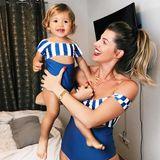 """Zu ihrem Posting auf Instagram schreibt Sarah: """"Also wir könnten schon wieder in die Sonne"""". Das passende Outfit hat das hübsche Mutter-Tochter-Duo auf jeden Fall schonmal."""