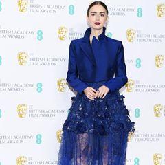 Lily Collins sieht in ihrem Haute Couture-Kleid von Givenchy alles andere als glücklich aus.