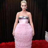 Versucht Katy Perry, unter ihrem Balmain Couture Kleid ein Fass zu den Grammys zu schmuggeln?