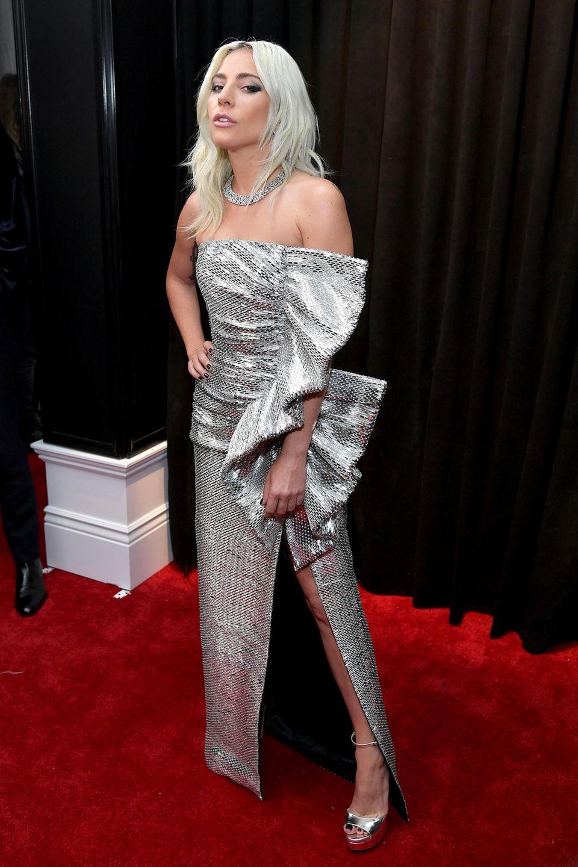 Lady Gaga glänzt in einer Robe von Celine by Hedi Slimane. Ihr Schmuck ist von Tiffany, die Schuhe von Jimmy Choo.