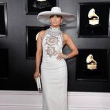 Jennifer Lopez legt in ihrem Kleid von Ralph & Russo einen ganz coolen Auftritt hin.